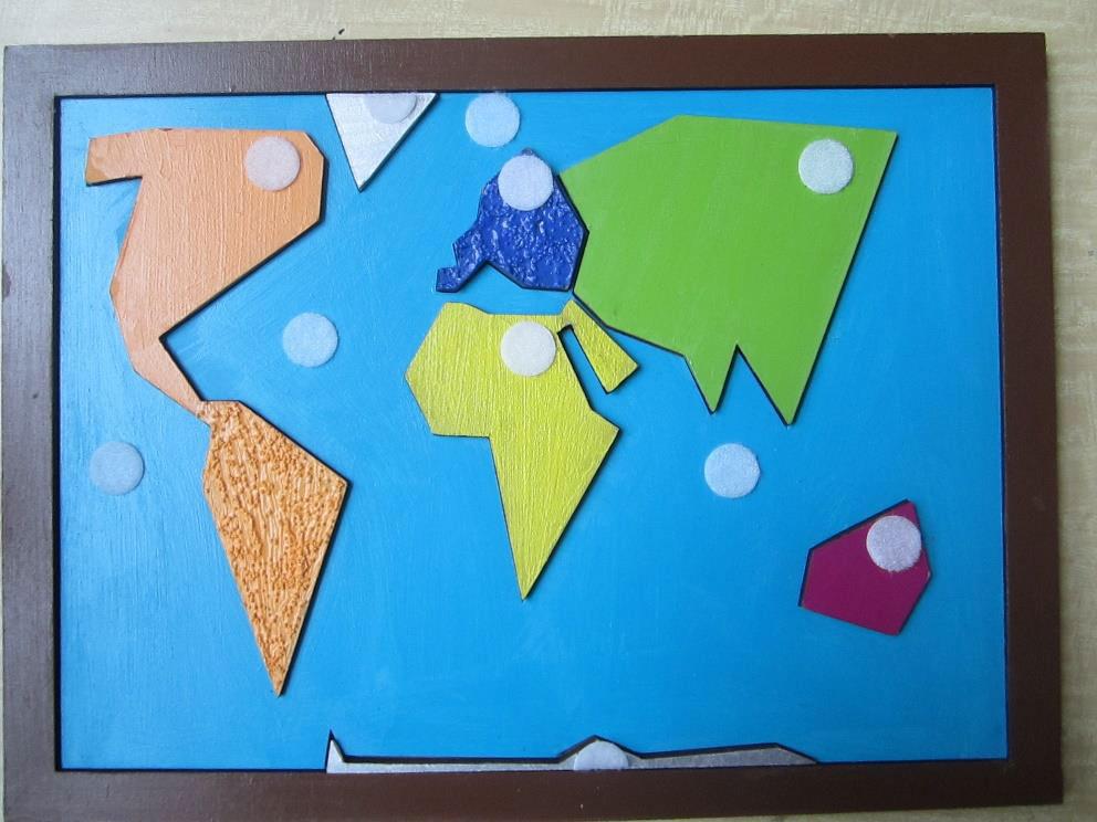 photo d'un puzzle planisphère ultra simplifié de la même forme, avec les continents recouverts de textures variées et colorées.